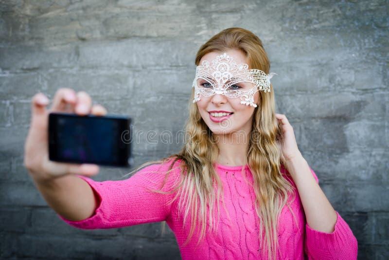 做自已照片的美丽的年轻时髦的妇女 库存图片