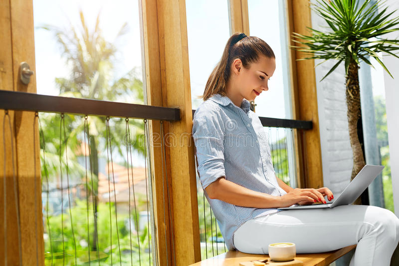 做自由职业者工作 研究便携式计算机的自由职业者妇女 事务 免版税图库摄影