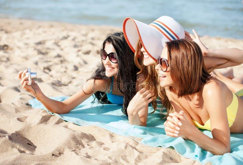 做自画象的女孩在海滩 免版税库存图片