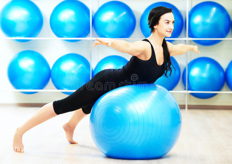 做舒展在健身球的妇女 图库摄影