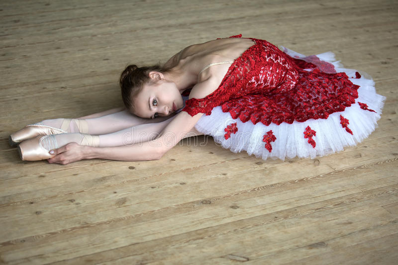 做舒展的迷人的年轻舞蹈家倾斜,看t 库存照片