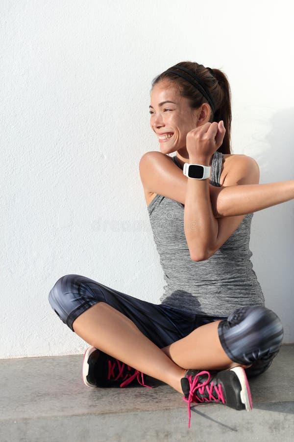 做舒展锻炼的健身妇女舒展她的胳膊- tricep和肩膀 免版税库存照片