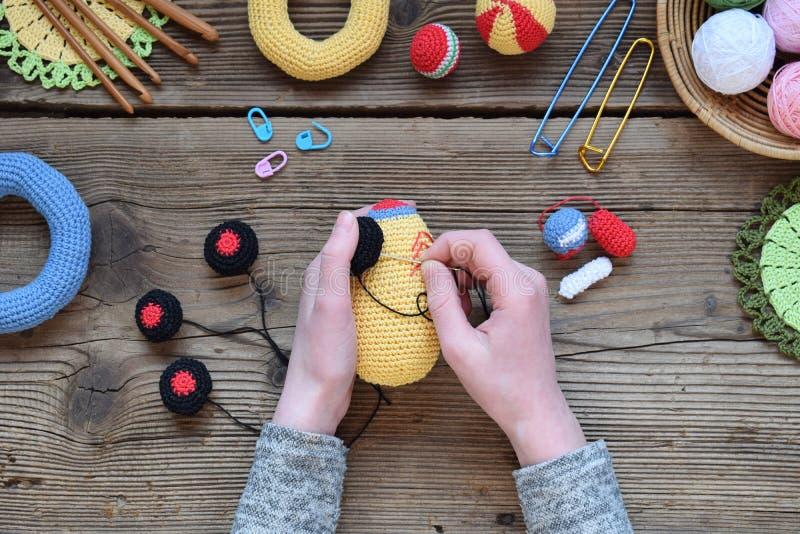 做色的钩针编织赛车 婴孩和小孩的玩具能学会机械技能和颜色 在桌螺纹, 库存照片