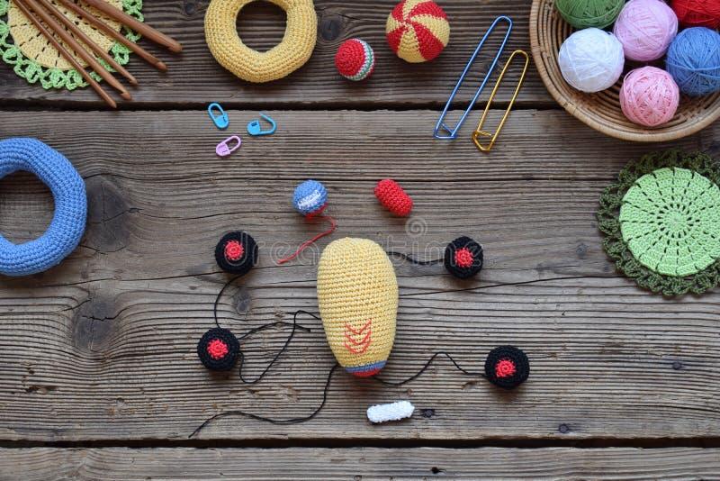 做色的钩针编织赛车 婴孩和小孩的玩具能学会机械技能和颜色 在桌螺纹, 库存图片