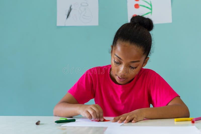 做艺术的非裔美国人的女孩在学校 图库摄影