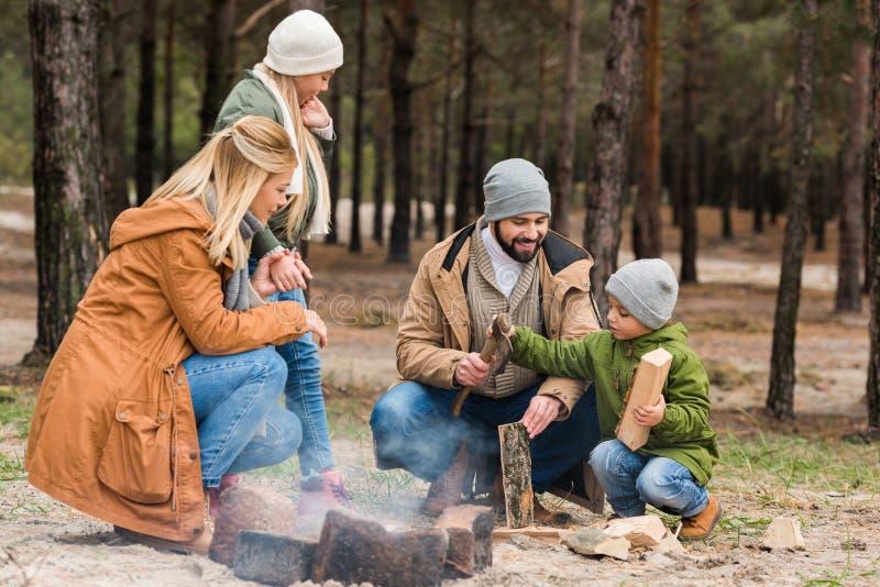 做营火的美丽的家庭 库存照片