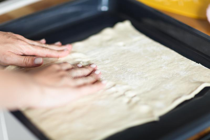 做薄饼的女性手面团 免版税库存图片