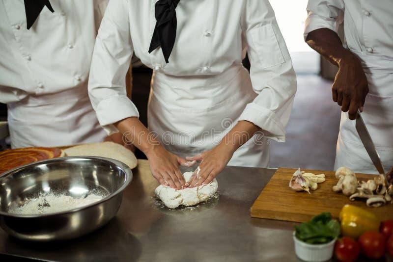 做薄饼面团的主厨的中间部分 库存图片