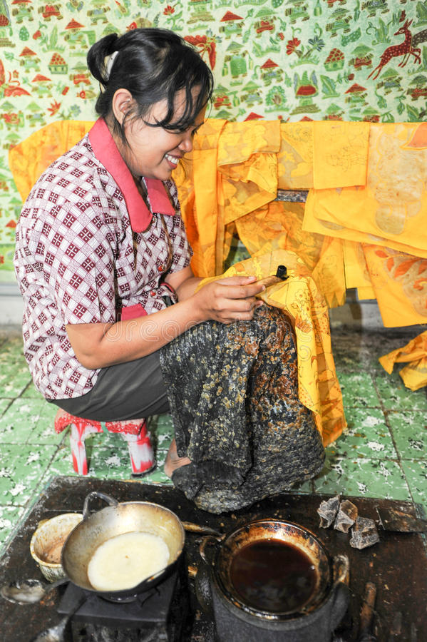 做蜡染布的妇女在日惹在印度尼西亚 免版税库存图片
