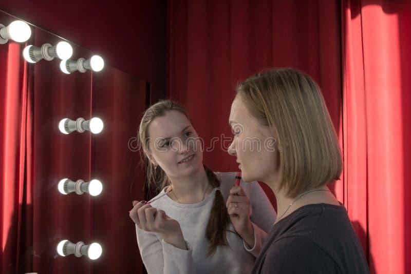 做补偿女孩的化妆师 库存照片