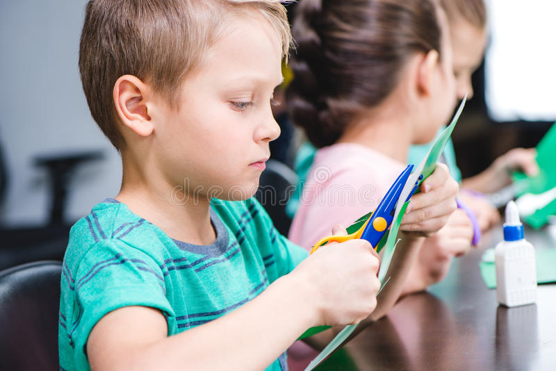 做补花的学童 免版税库存图片