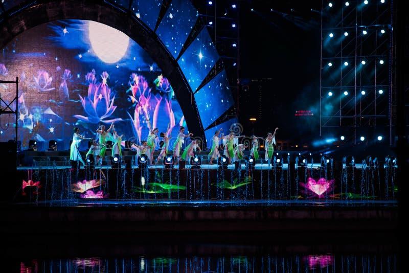 做表现的一个小组女性舞蹈家 免版税库存照片