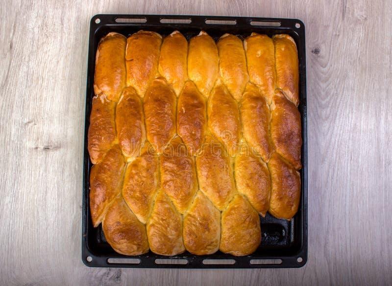 做被烘烤的小馅饼的烤箱新家 库存图片