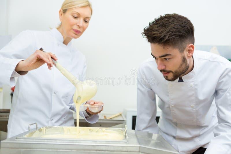 做被鞭打的蛋黄用糖的厨师 免版税库存照片
