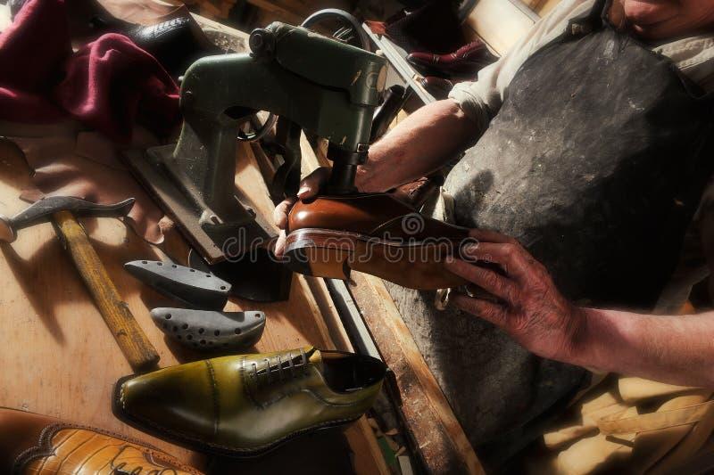 做豪华手工制造人鞋子的工匠 免版税库存照片