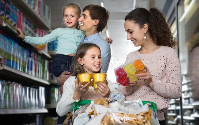 做购物的父母和两个孩子家庭  库存照片