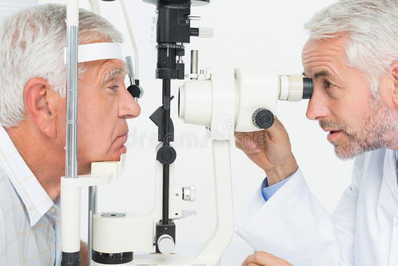 做资深患者的验光师视域测试 免版税库存照片