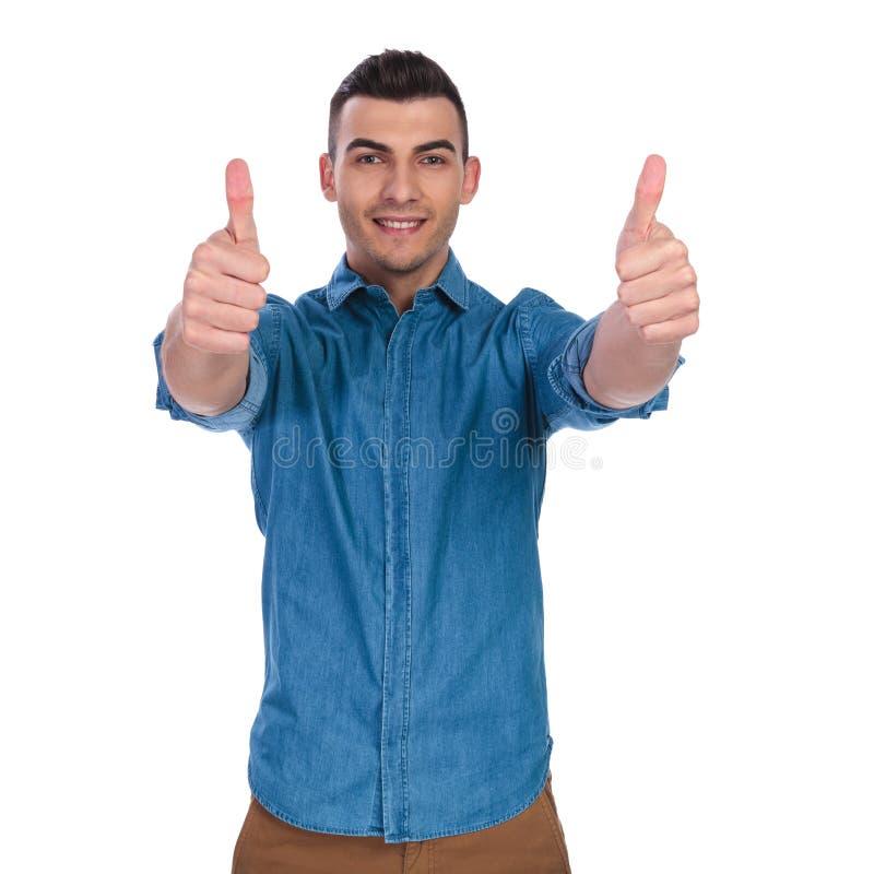 做赞许标志的年轻偶然人画象  免版税库存图片