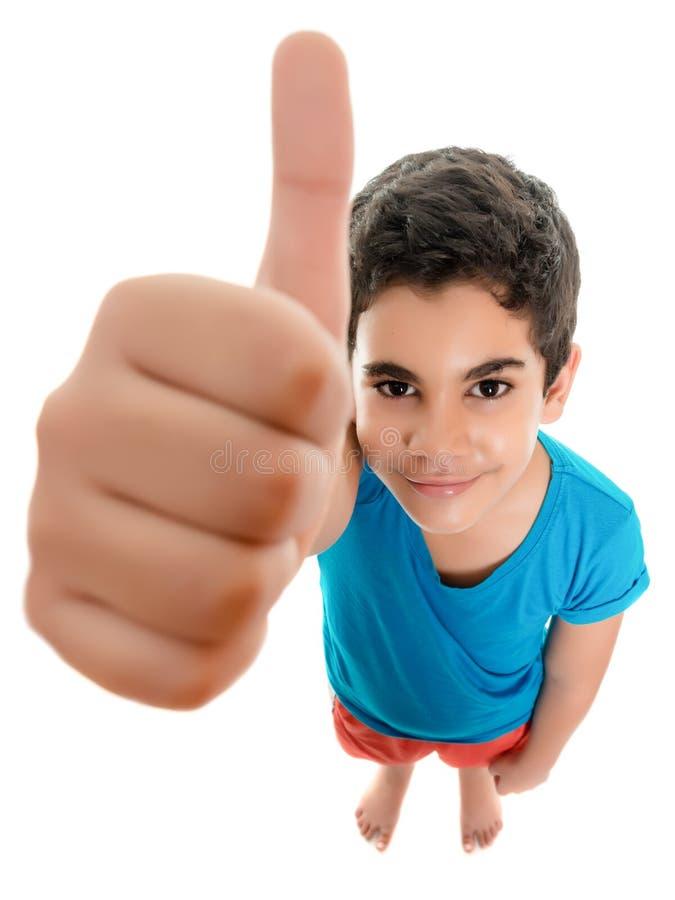 做赞许的滑稽的小西班牙男孩签字 免版税库存图片
