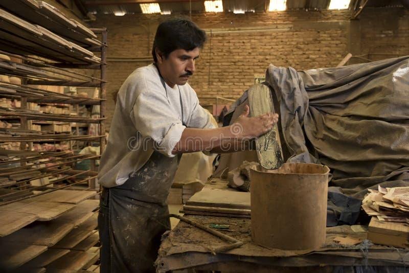 做赤土陶器瓦片,特卡特,墨西哥的人 免版税图库摄影