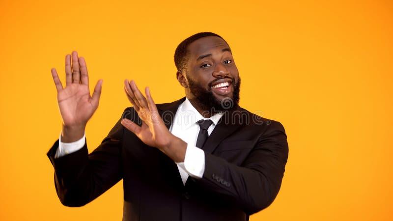 做跳舞的运动,广告模板的幼稚微笑的美国黑人的商人 免版税图库摄影