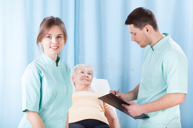 做身体检查的治疗师 免版税库存照片