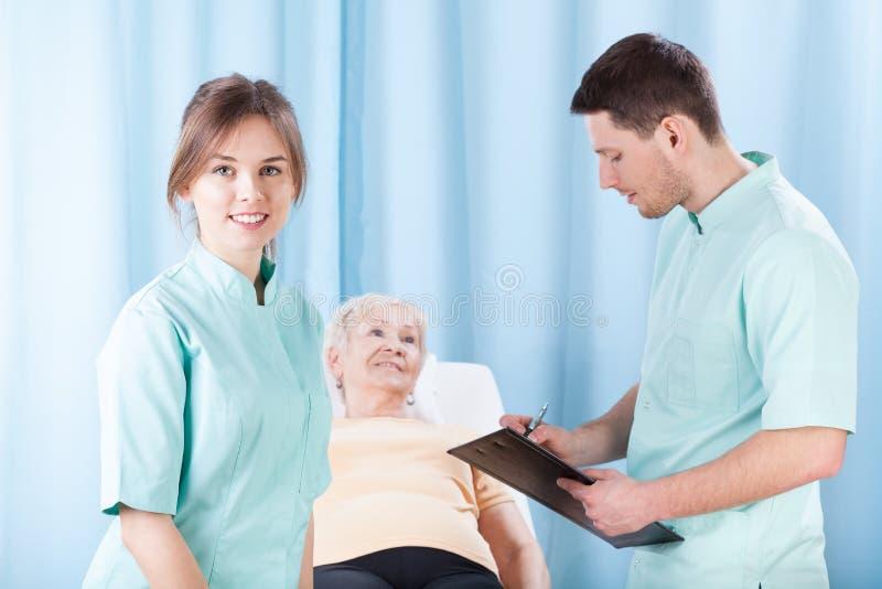 做身体检查的治疗师 免版税库存图片
