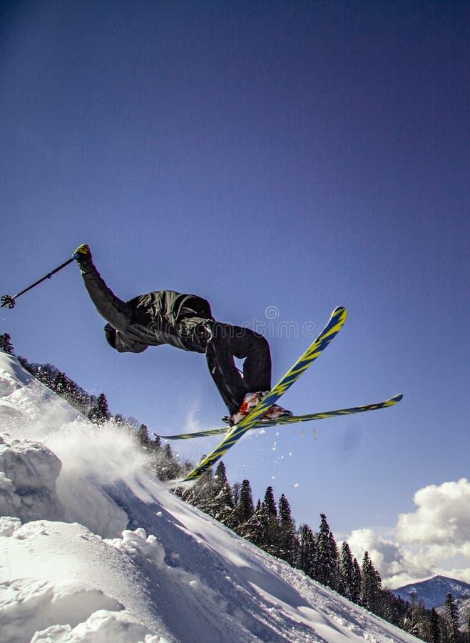 做轻碰的极端滑雪者 免版税库存图片