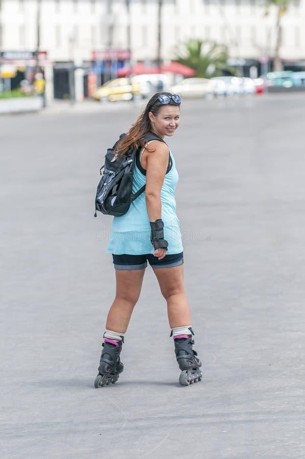 做都市滑冰的女孩 库存图片