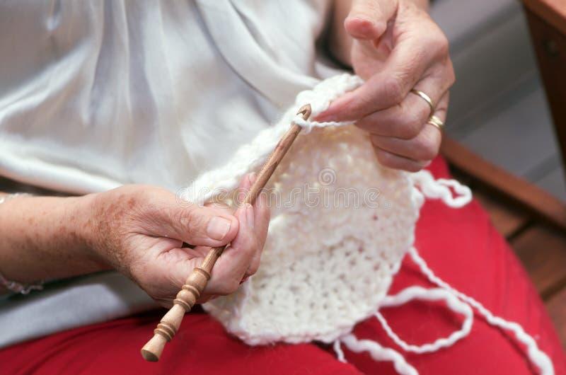 做钩针编织的手 库存图片