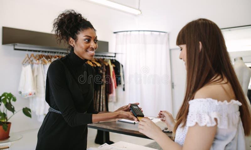 做销售的妇女企业家在她的时尚演播室 库存图片