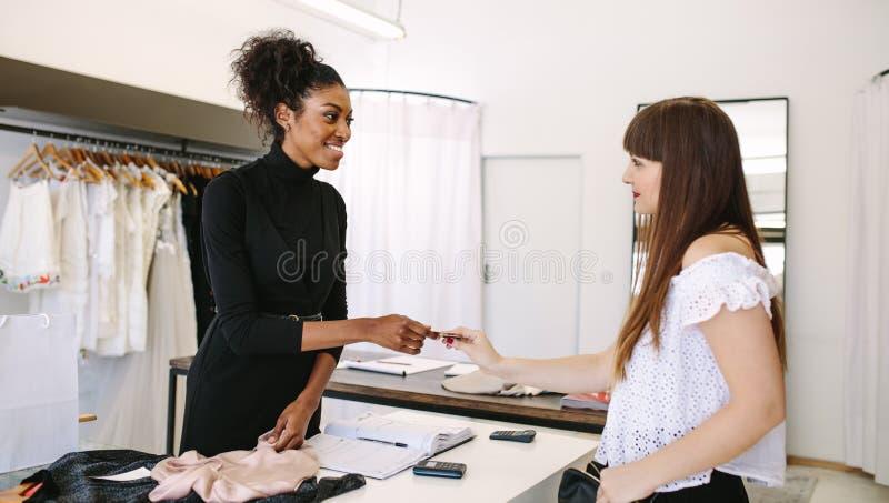 做销售的妇女企业家在她的时尚演播室 图库摄影