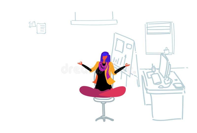 做锻炼工作场所办公室的女实业家坐的瑜伽莲花姿势放松的凝思概念女商人 皇族释放例证