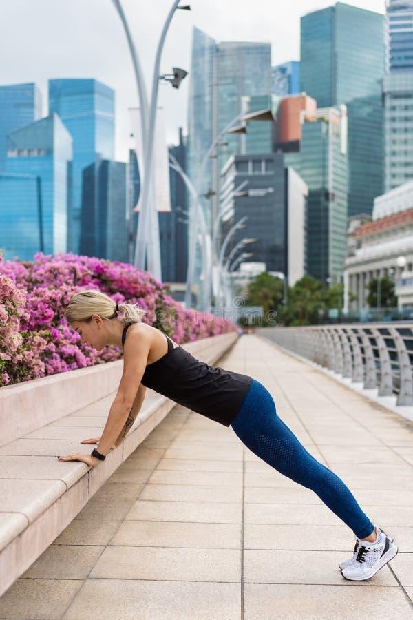 做锻炼的一名年轻亚裔妇女的画象室外 免版税库存图片