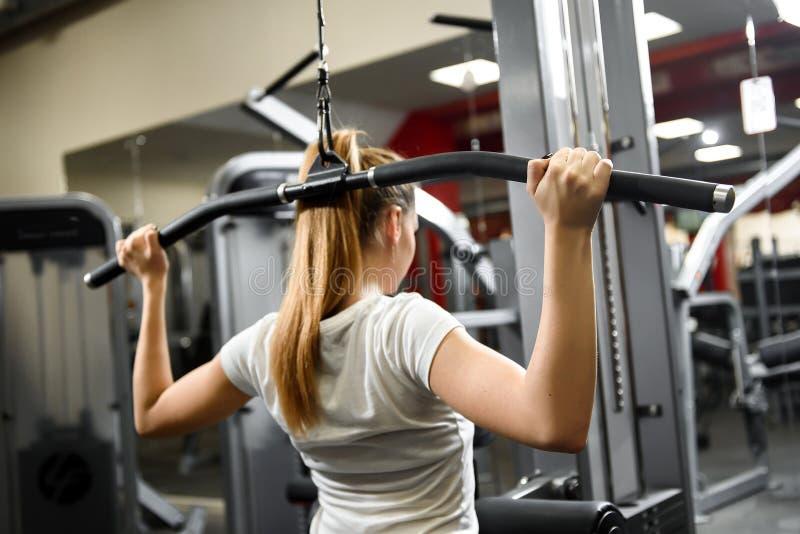做锻炼的后面观点的一个训练的女孩 图库摄影