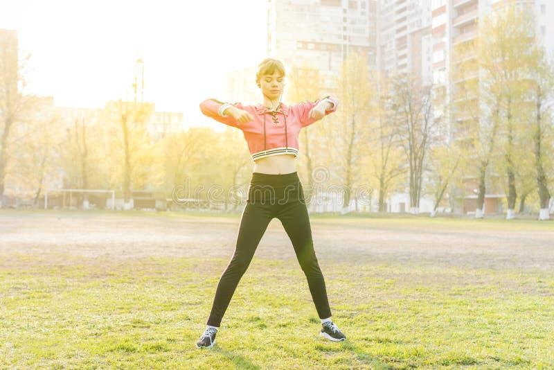 做锻炼的妇女在体育场 免版税库存图片