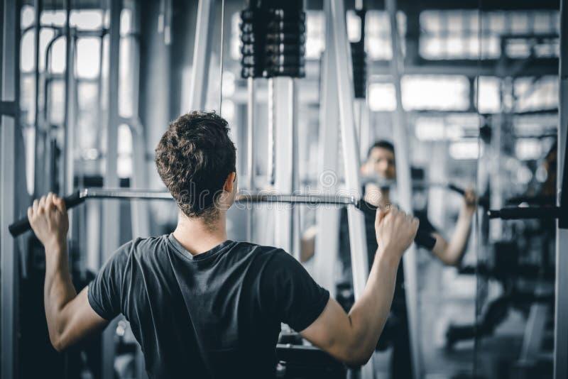 做锻炼的画象英俊的白种人年轻人健康健身在健身房的室内锻炼 库存图片