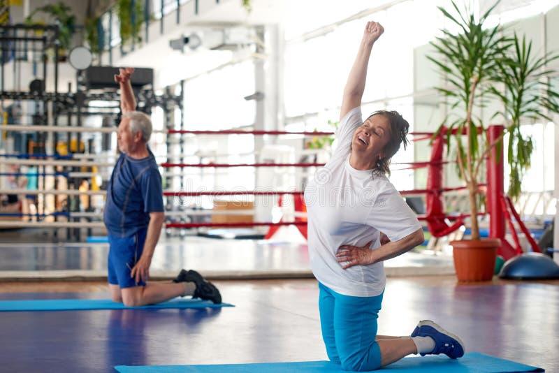 做锻炼的美丽的成熟妇女在健身房 库存照片