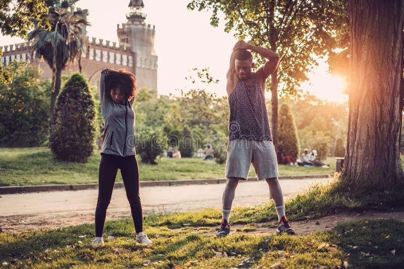 做锻炼的黑夫妇户外 库存照片
