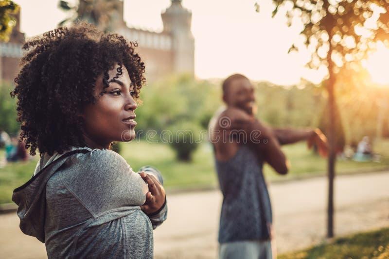做锻炼的黑夫妇户外 库存图片