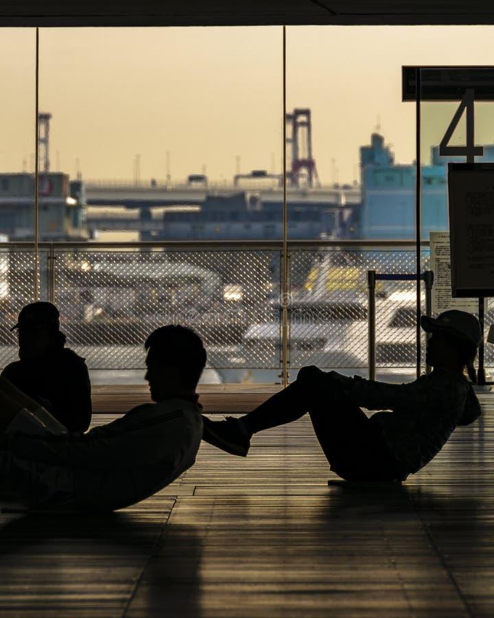做锻炼,横滨国际客运枢纽站的人们 免版税库存图片