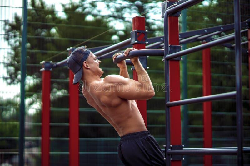 做阻止锻炼的残酷运动人在标志横线 库存照片