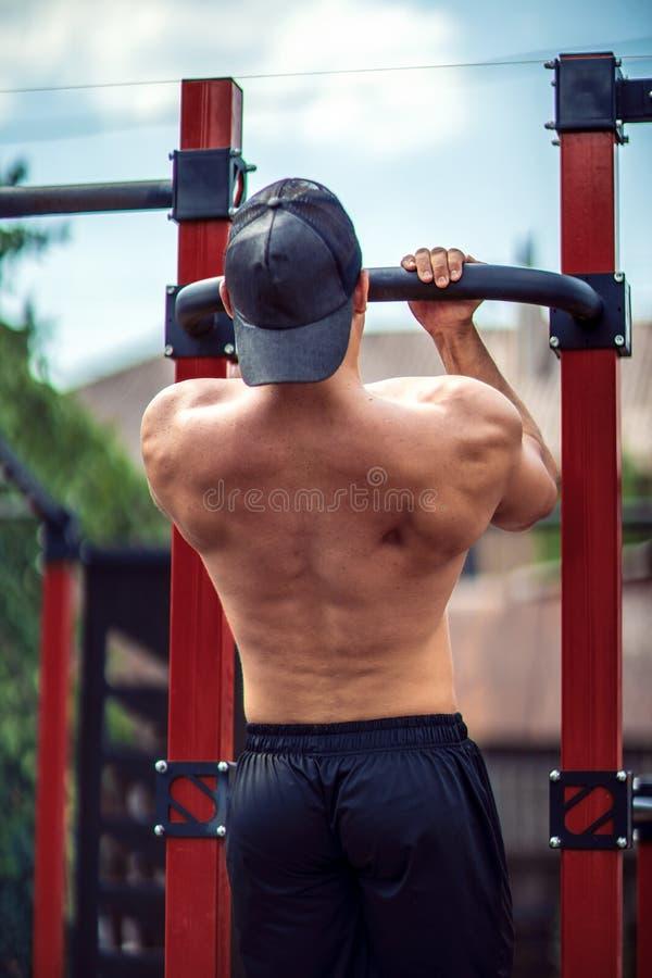 做阻止锻炼的残酷运动人在标志横线 库存图片