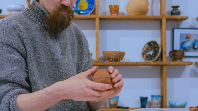 做陶瓷水罐的专业男性陶瓷工 免版税库存图片
