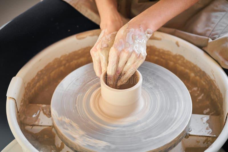 做陶瓷瓦器的妇女在轮子,陶瓷器皿的创作,手工,工艺 免版税库存照片