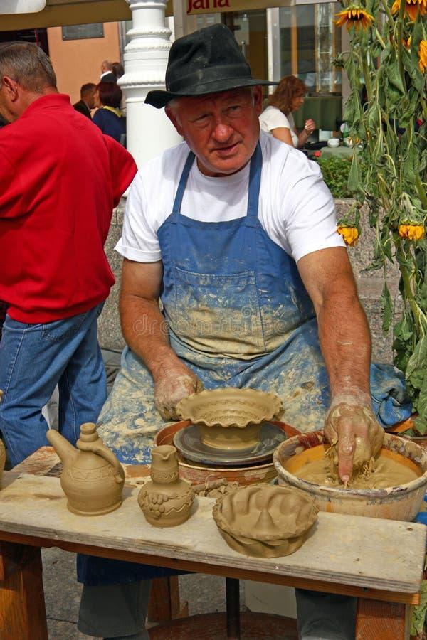 做陶瓷罐的陶瓷工 库存图片
