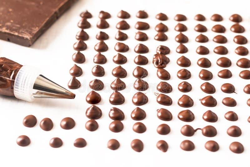 做面包店的食物概念自创巧克力片在白色背景 免版税图库摄影