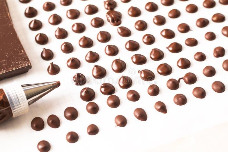做面包店的食物概念自创巧克力片在白色背景 库存照片