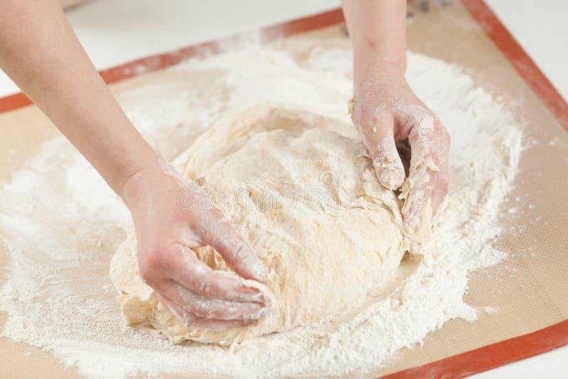 做面团用在面包店的人工 免版税库存图片
