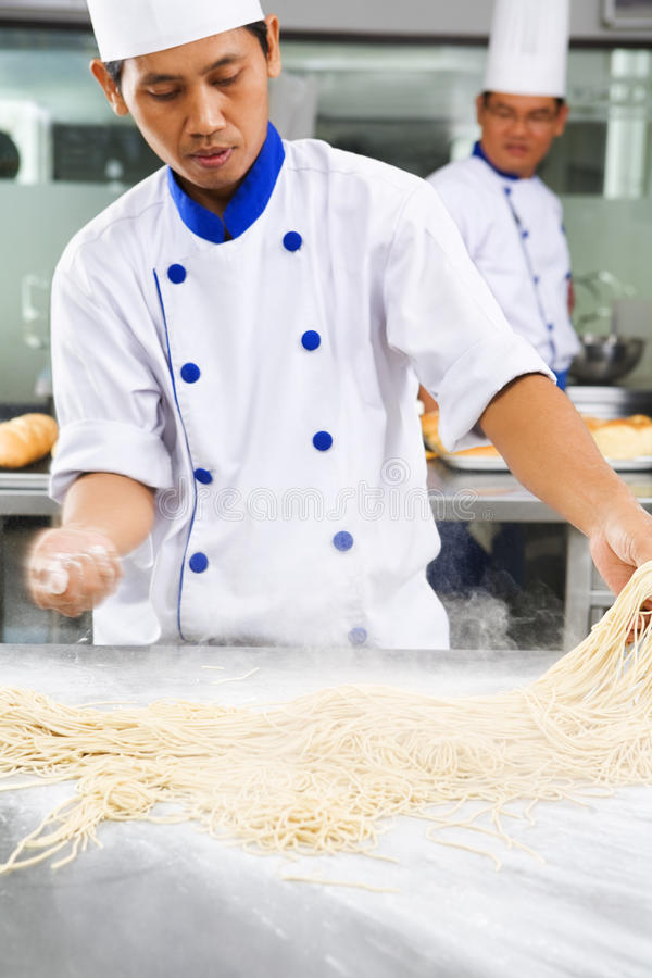 做面条的主厨 免版税库存图片